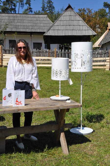 Alina Turdean și lămpile sale metalice traforate cu motive tradiționale