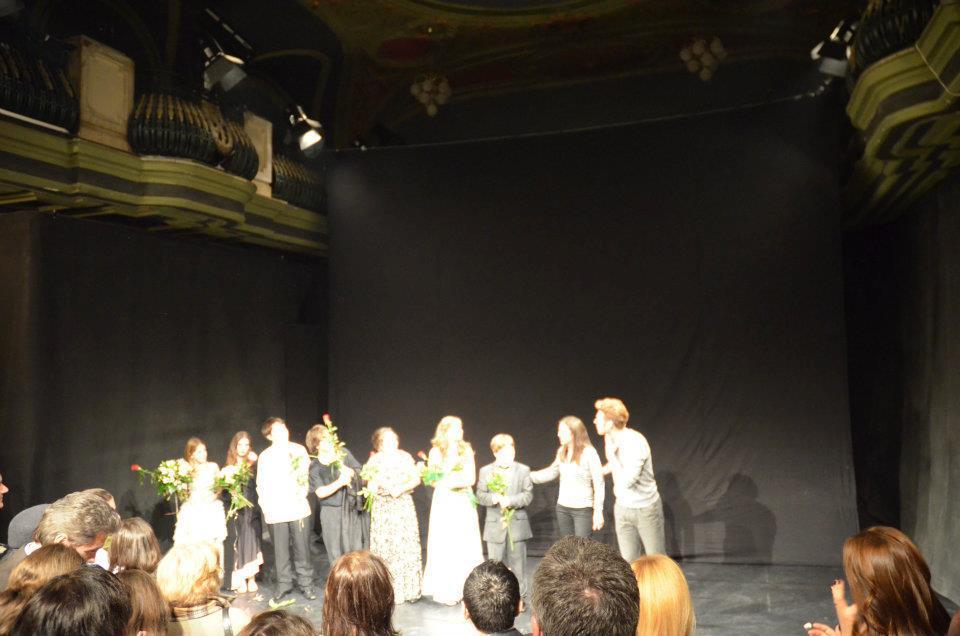 Pe scenă, la terminarea piesei, alături de adolescenții din proiectul de dezvoltare personală prin actorie.