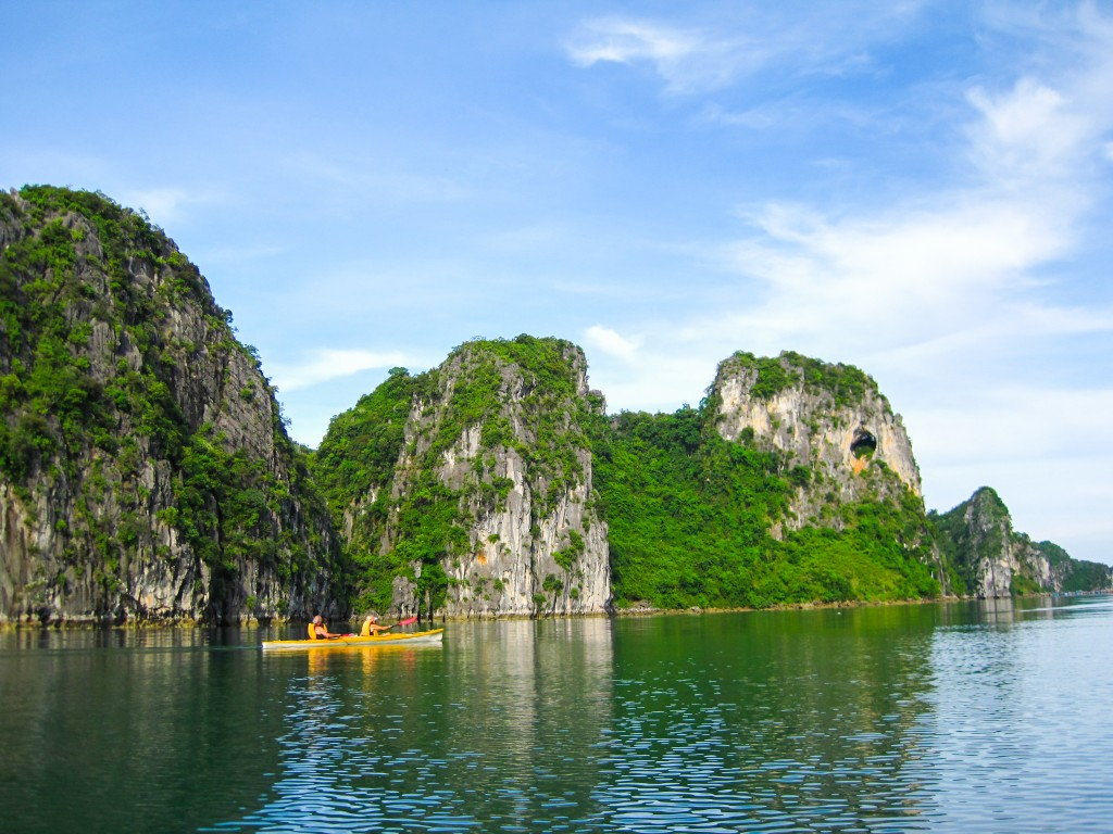 kayaking-on-halong-bay