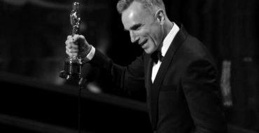 """Daniel Day-Lewis ganó el domingo el Oscar a Mejor Actor por interpretar al presidente estadounidense Abraham Lincoln en """"Lincoln"""", convirtiéndose en el primer hombre que conquista ese trofeo por tercera ocasión, mientras que Jennifer Lawrence ganó de Mejor Actriz por su papel de una joven viuda en """"El lado bueno de las cosas"""". Imagen de Day Lewis aceptando su galardón en la ceremonia celebrada el 24 de febrero en Hollywood, California. REUTERS/Mario Anzuoni"""